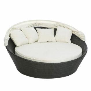 Καναπές ρατάν εξ/κου χώρου με λευκά μαξιλάρια και σκίαστρο